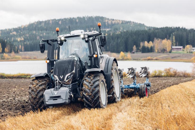 Valtra Traktoren: Der Traktor T155 beim Pflügen.