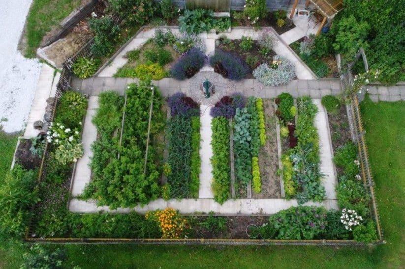 Bauerngarten anlegen praktische Tipps Bepflanzung Kompost Zaun Übersicht